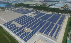 照片: 安装在厂房屋顶的京瓷太阳能电池板