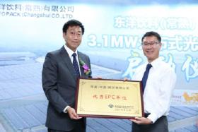 照片: 东洋饮料总经理石高健生先生对京瓷商贸进行优秀总包表彰